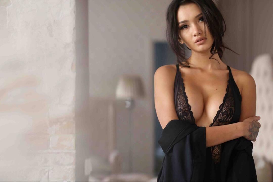 Чемпіонка Казахстану викликала фурор в Instagram розміром бюста після операції