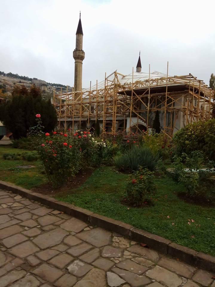 """""""Просто рухнет"""": журналист рассказал, как уничтожают знаменитый дворец в Крыму"""