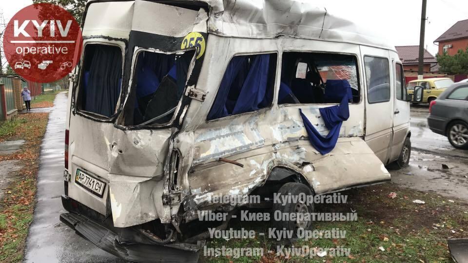 Под Киевом произошло жуткое ДТП с маршрутками: водителя вырезали из авто