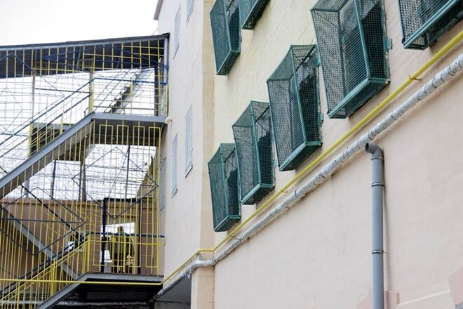 """""""Сидить в камері на 14 осіб"""": журналісти показали умови утримання Зайцевої в СІЗО"""