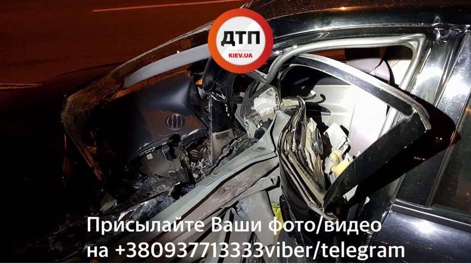 Пробил отбойник: в Киеве произошло жуткое ДТП, водителя зажало