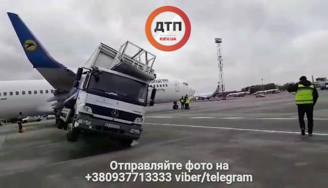 """Щось пішло не так: в аеропорту """"Бориспіль"""" літак влаштував ДТП з вантажівкою"""