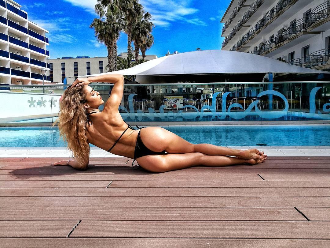 Відома фітнес-модель викликала захоплення у Instagram ідеальною фігурою