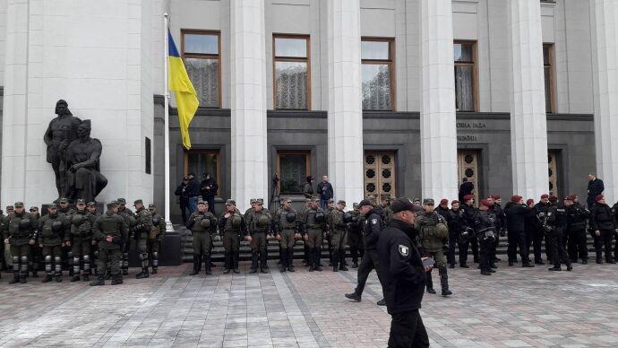 С потасовками и блокированием трибуны: в Раде перенесли рассмотрение закона по Донбассу