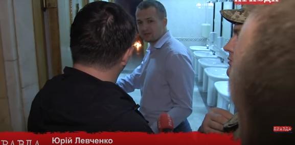 Диміло не тільки в залі: Левченко і Семенченко кинули ще одну шашку в туалеті Ради