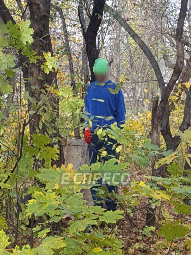 В Киеве в парке повесился молодой мужчина