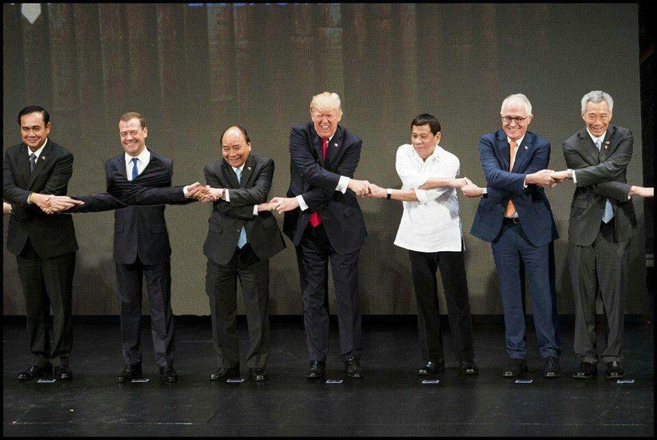 Незручне рукостискання: Трамп і Ко спровокували угарні фотожаби в мережі