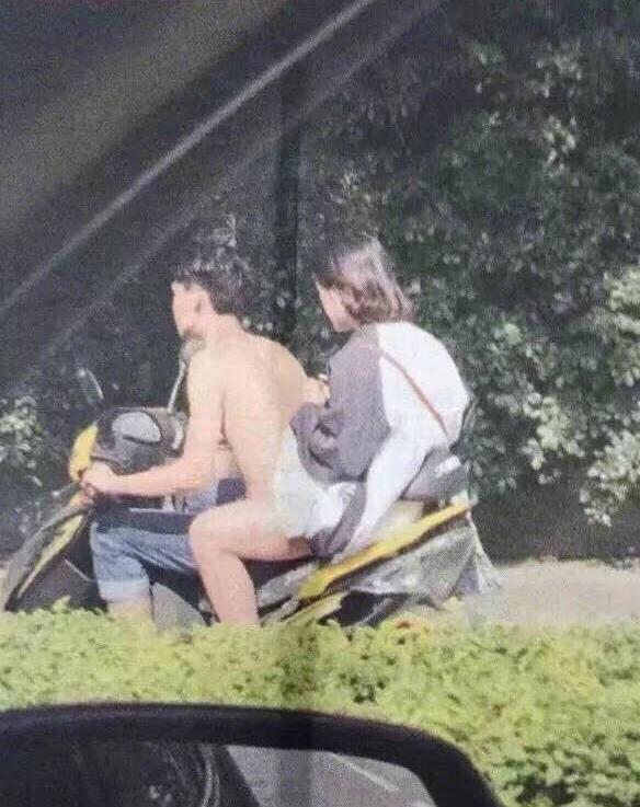 Голий мотоцикліст