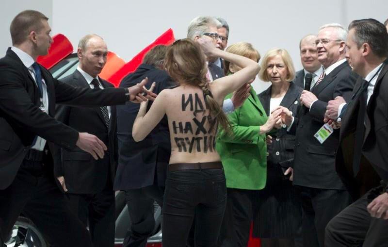 Femen разделись в присутствии Владимира Путина и Ангелы Меркель, апрель 2013 года.