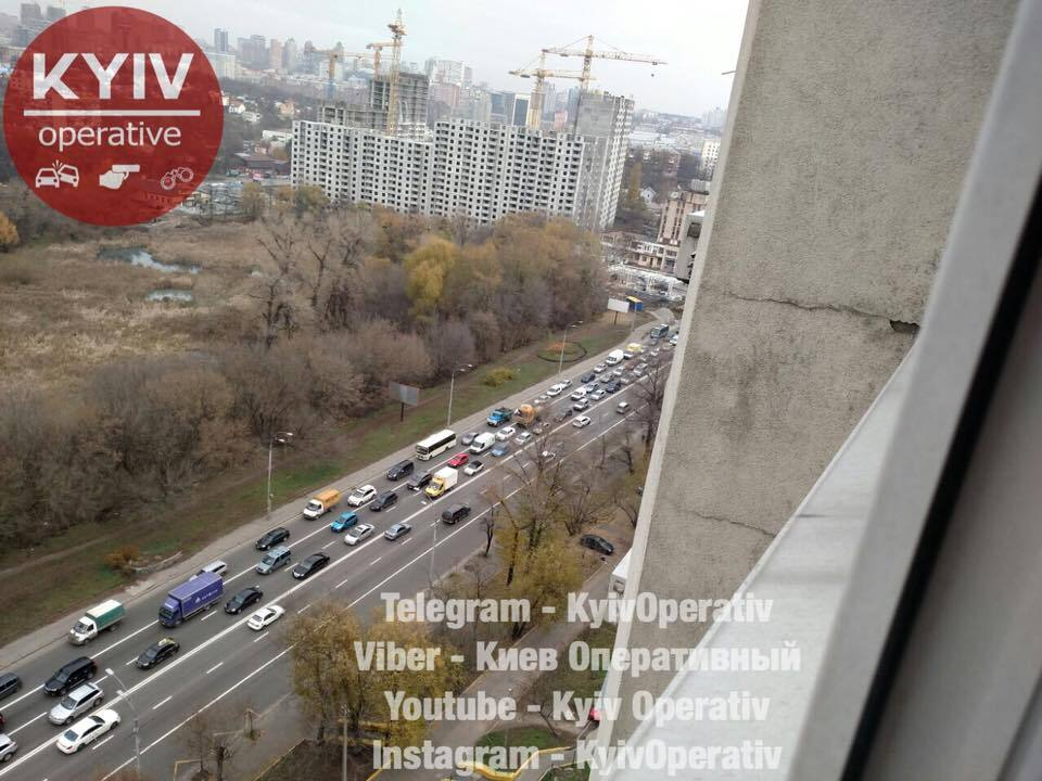 Отказали тормоза: в Киеве грузовик протаранил несколько авто