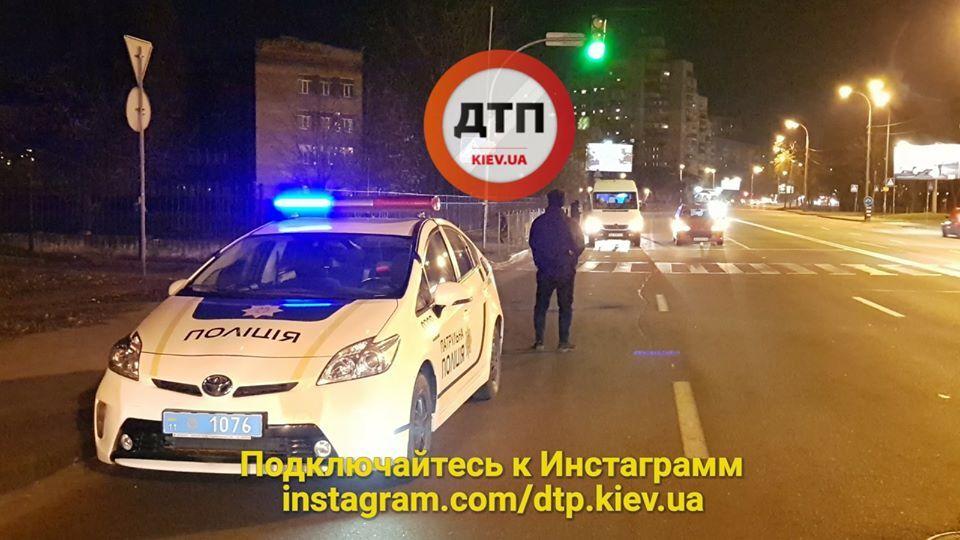 В Киеве авто отбросило пешехода под проезжающие бус и легковушку