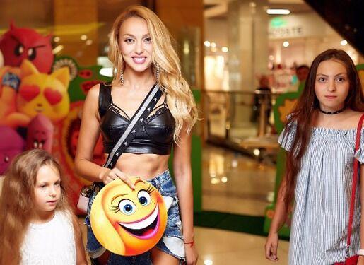 Оля Полякова з дочками Алісою і Марією