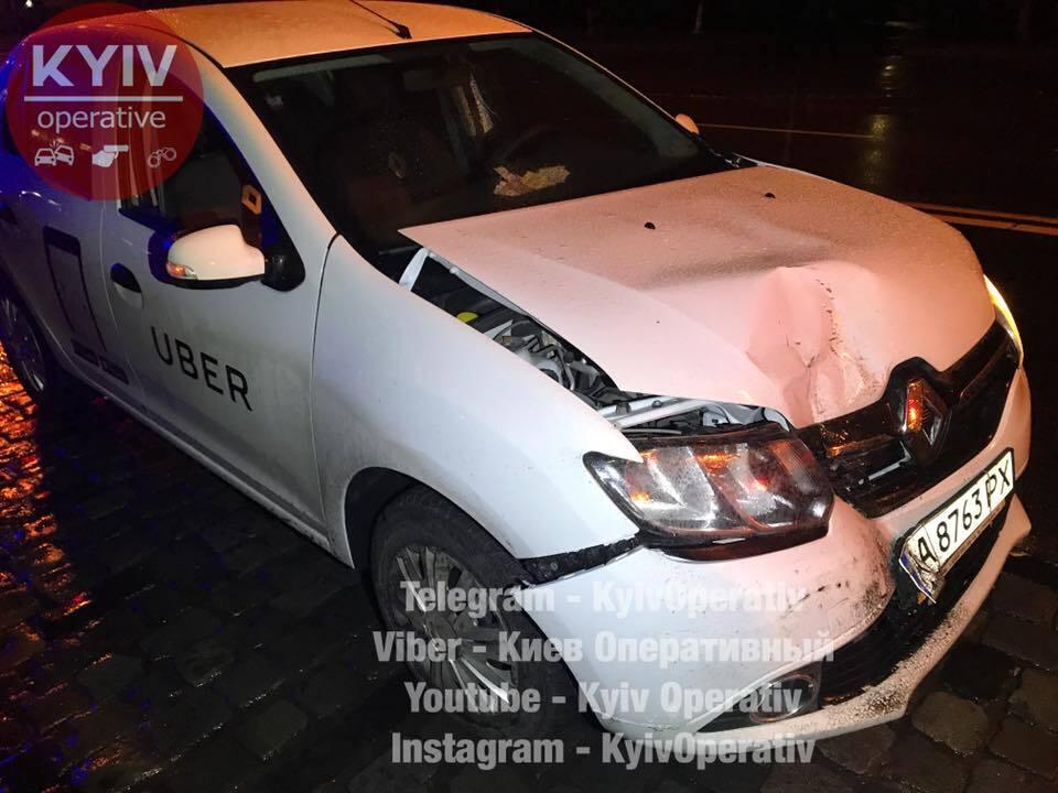 В Киеве такси Uber протаранило троллейбус с пассажирами на остановке