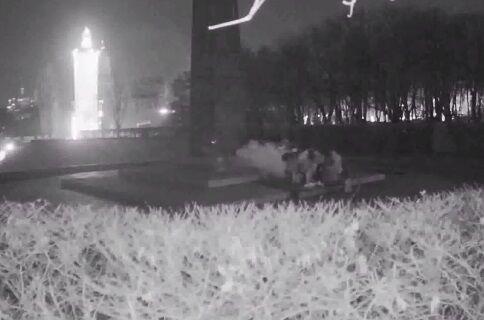 Залившие цементом Вечный огонь в Киеве попали на камеру