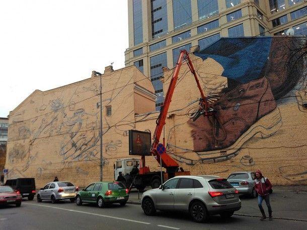 В Киеве здание полиции украсил необычный мурал из двух частей