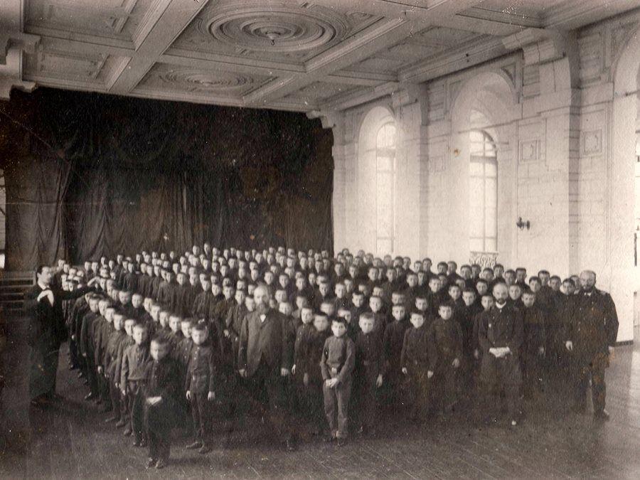 Журналист Роман Акбаш поделился фотографиями запорожского вуза начала ХХ века