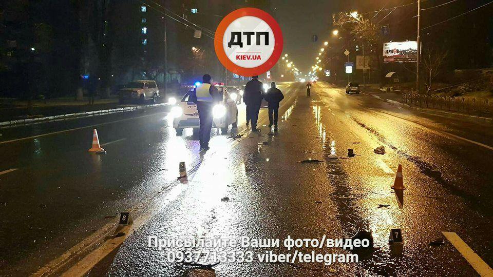 В Киеве автомобиль сбил пешеходов и скрылся