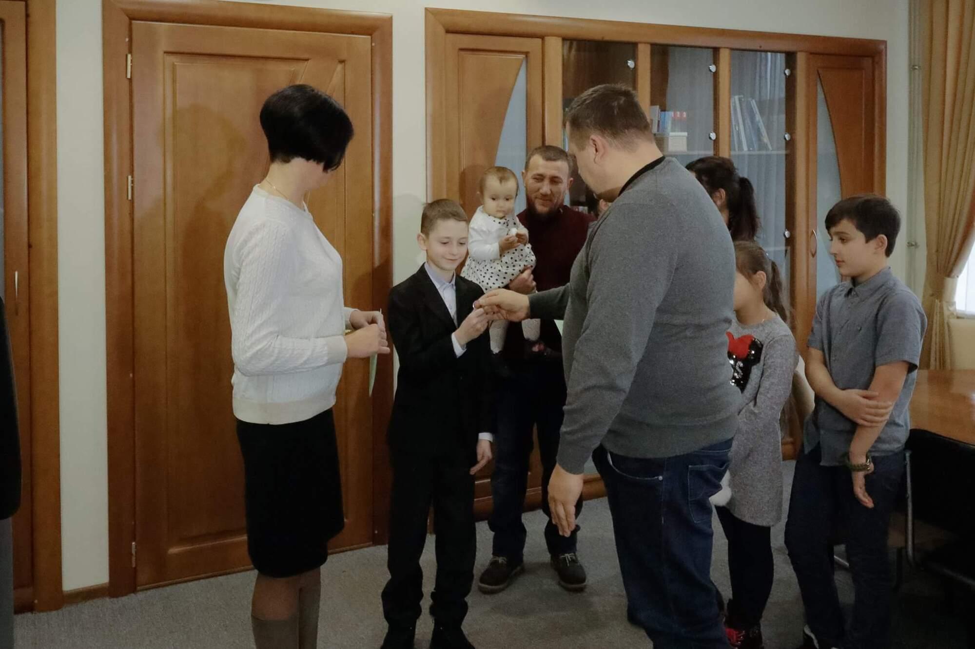 Філатов передав родинам волонтера та військового ордери на нові квартири