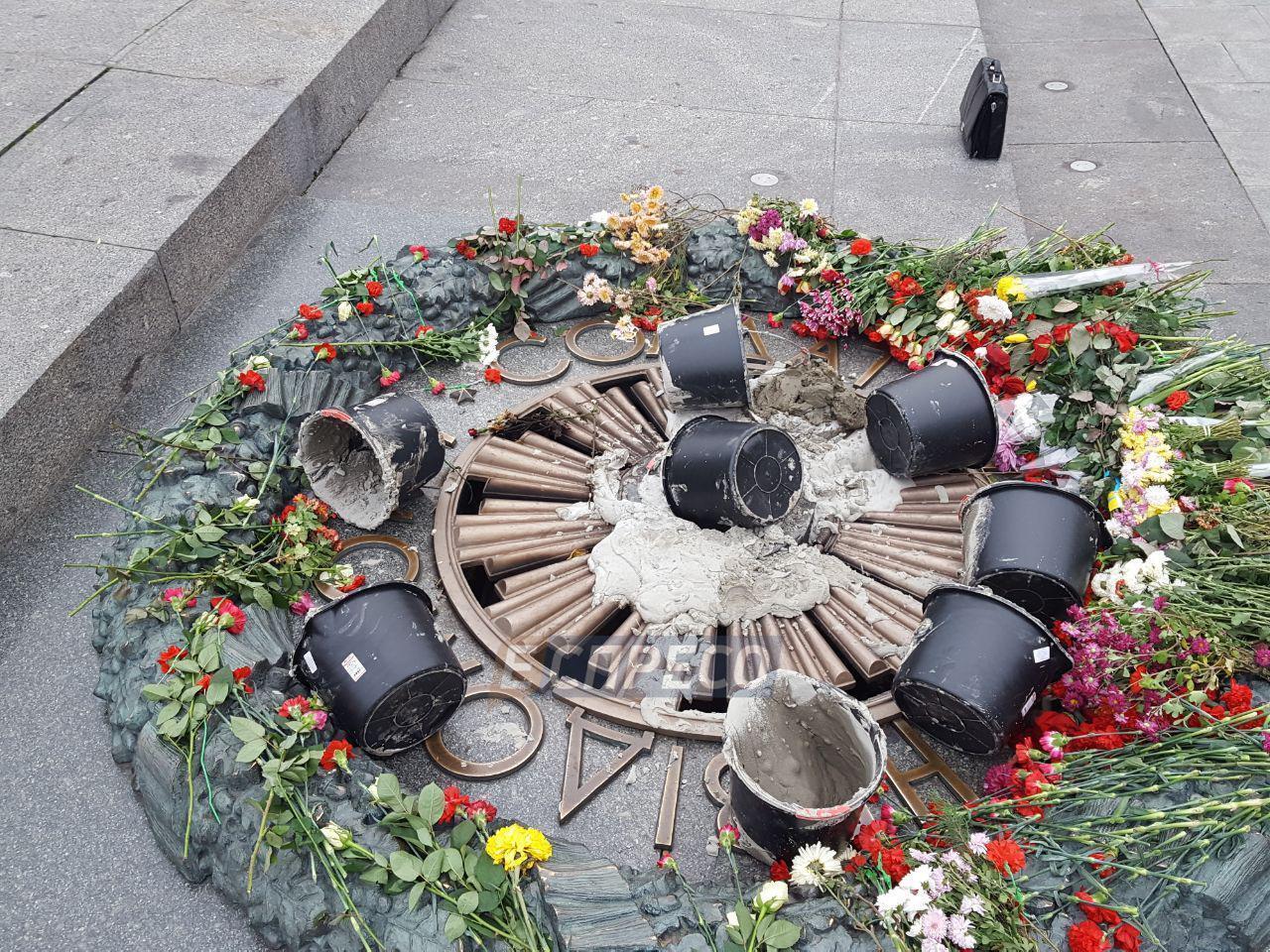 В Киеве залили цементом Вечный огонь: полиция отреагировала