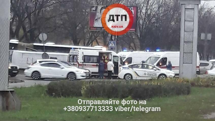 В Киеве джип протаранил микроавтобус: есть пострадавшие