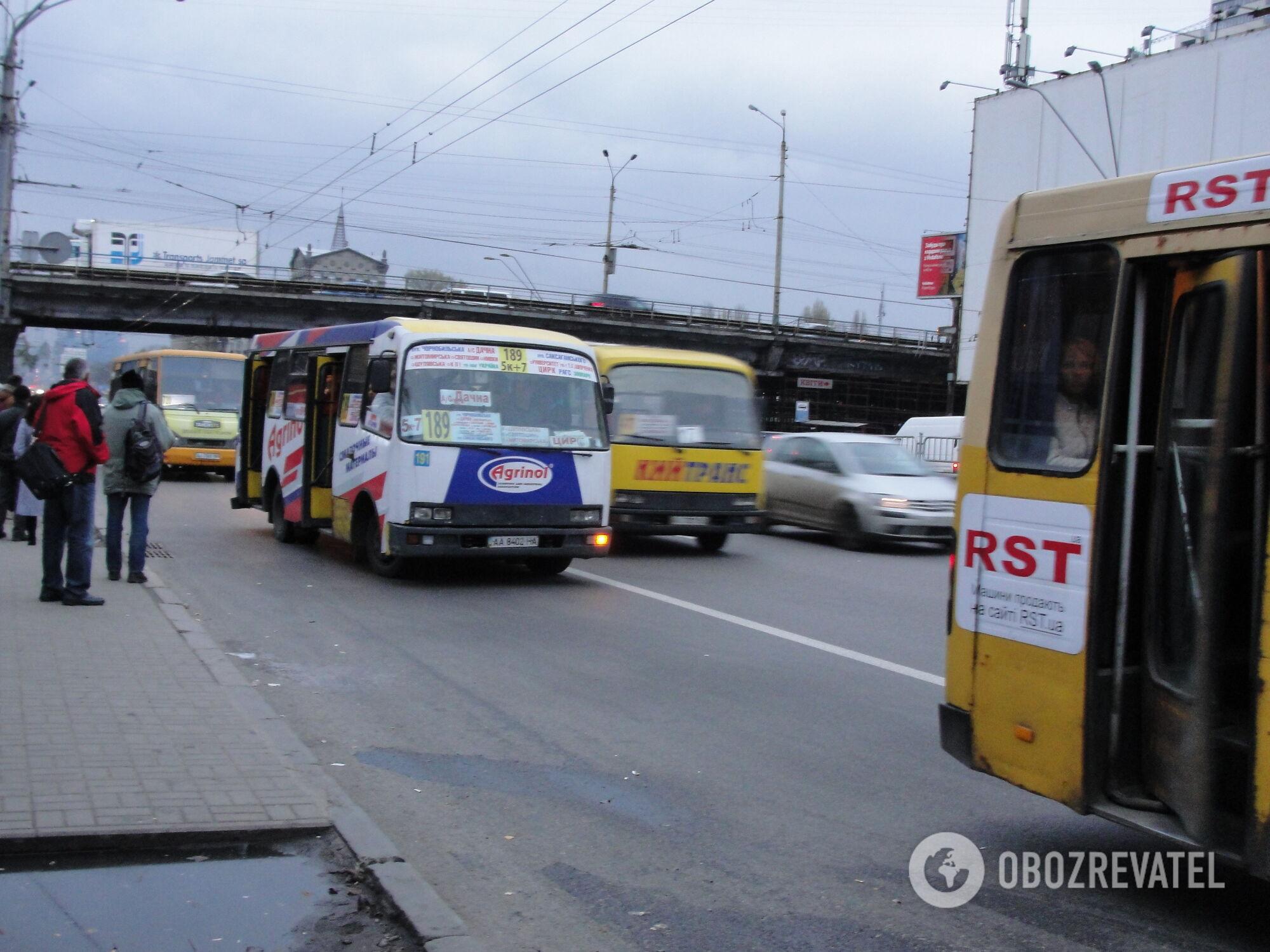 """Біля метро """"Шулявська"""" завжди багато маршруток"""