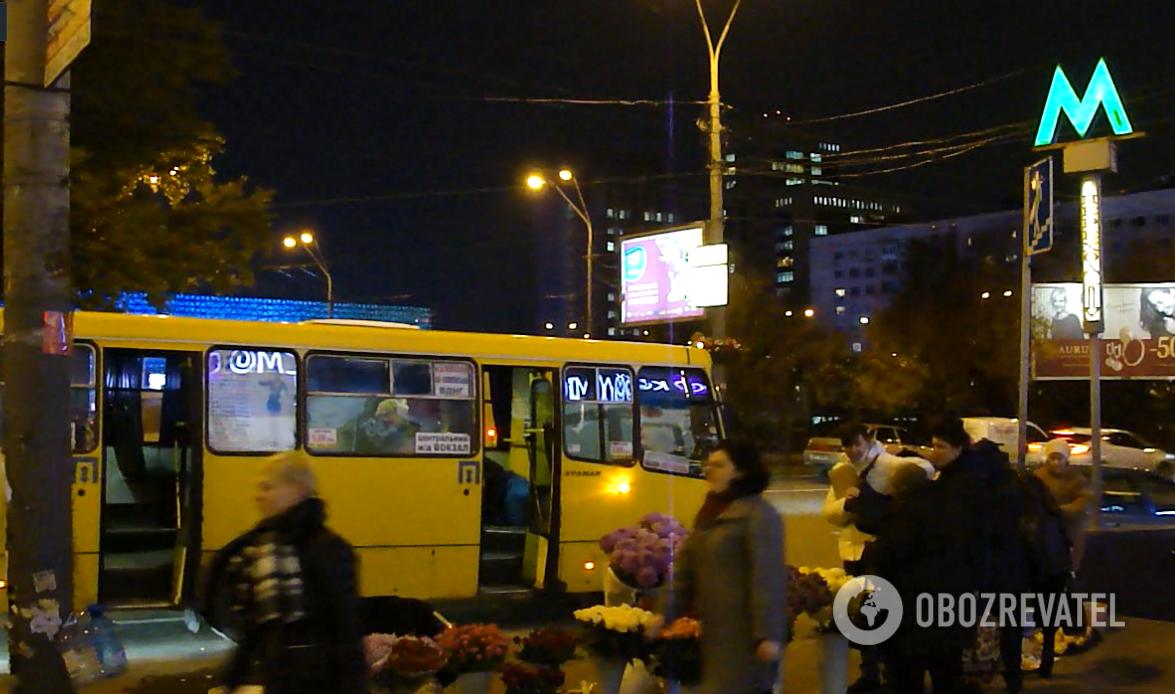 Підбирає пасажирів біля метро