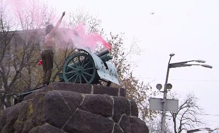 В центре Киева активистка Femen устроила обнаженный протест на памятнике