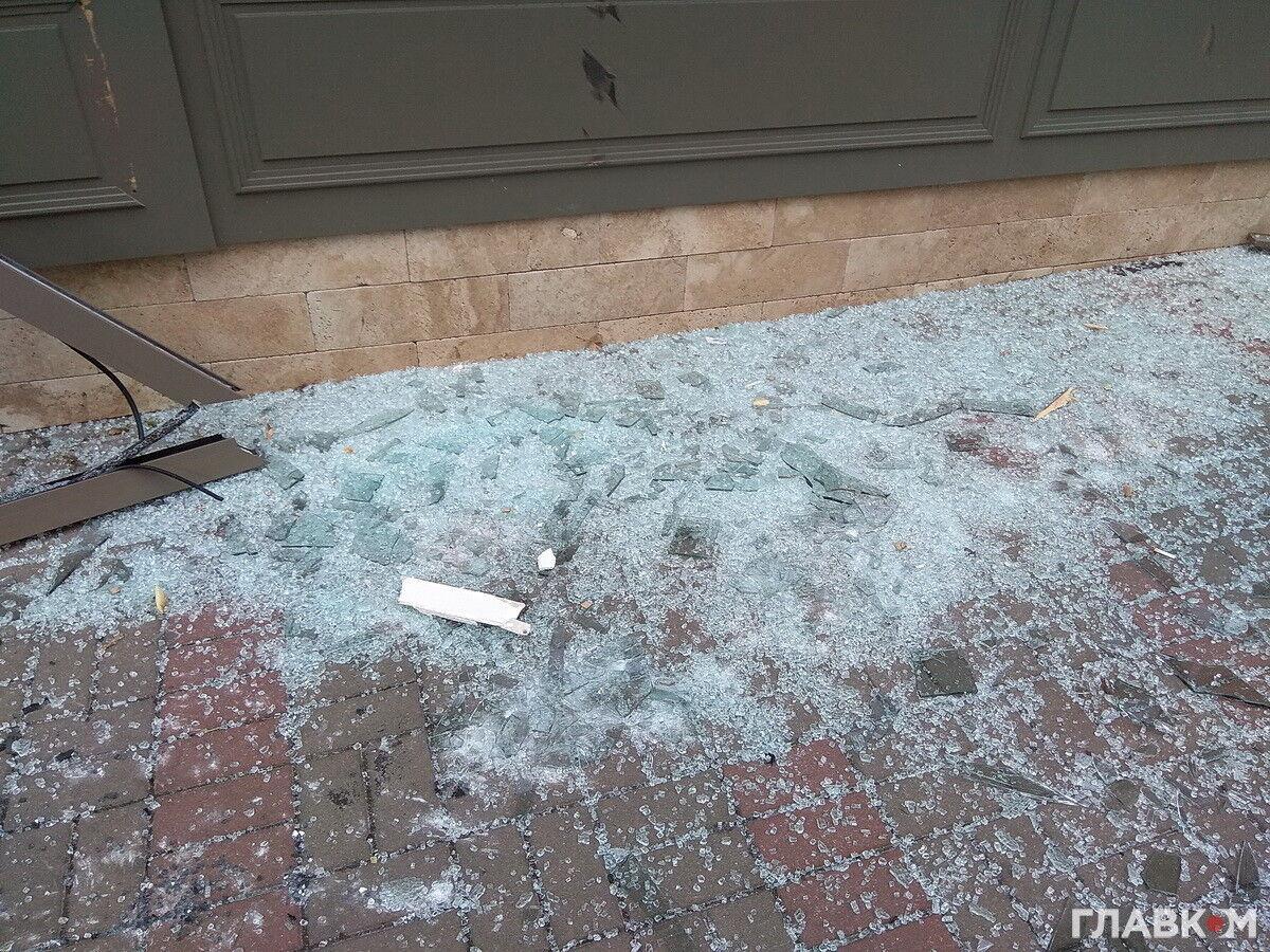 Молниеносно: в центре Киева неизвестные разнесли экскаватором магазин