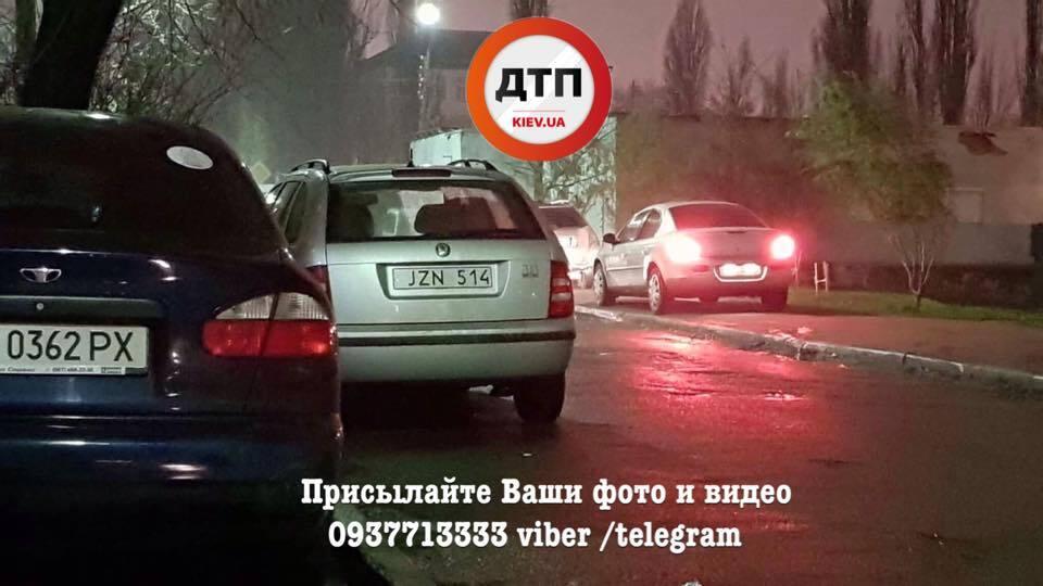 """У Києві водії на """"євробляхах"""" влаштували блокаду райвідділу поліції"""