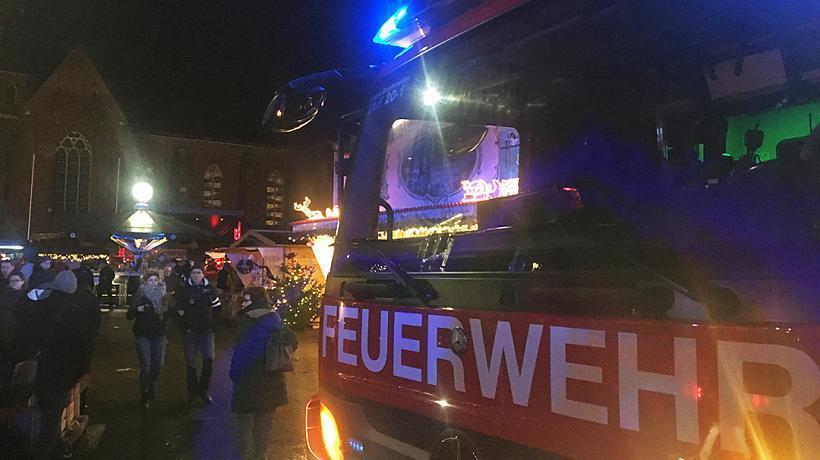У Німеччині різдвяна ялинка впала на дитячу карусель: є постраждалі
