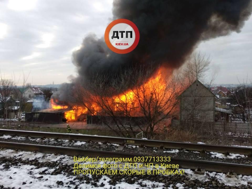 Стався вибух: з'явилися подробиці потужної пожежі у Києві