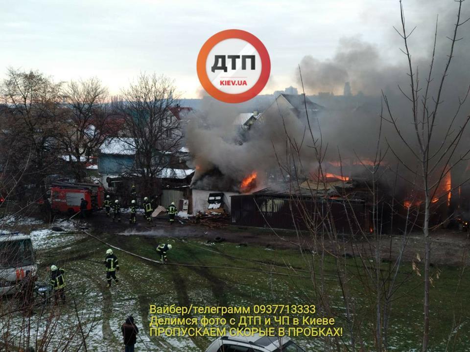 Произошел взрыв: появились подробности мощного пожара в Киеве