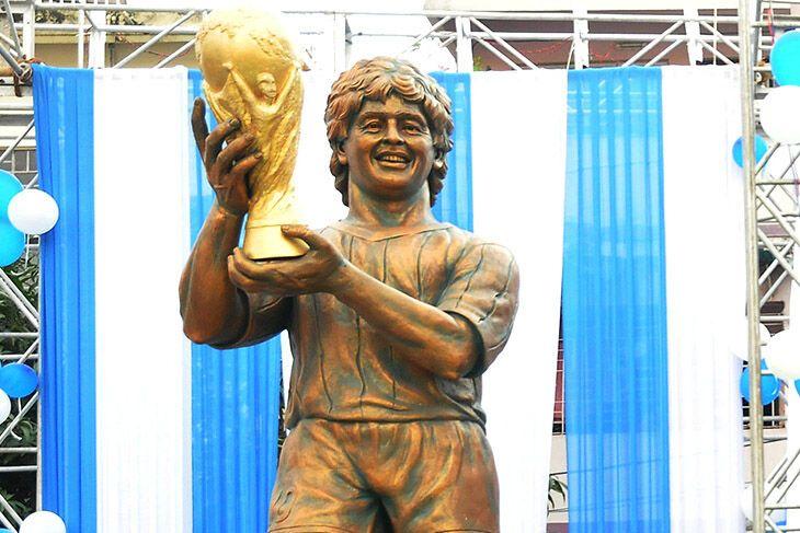 пам'ятник Марадоні