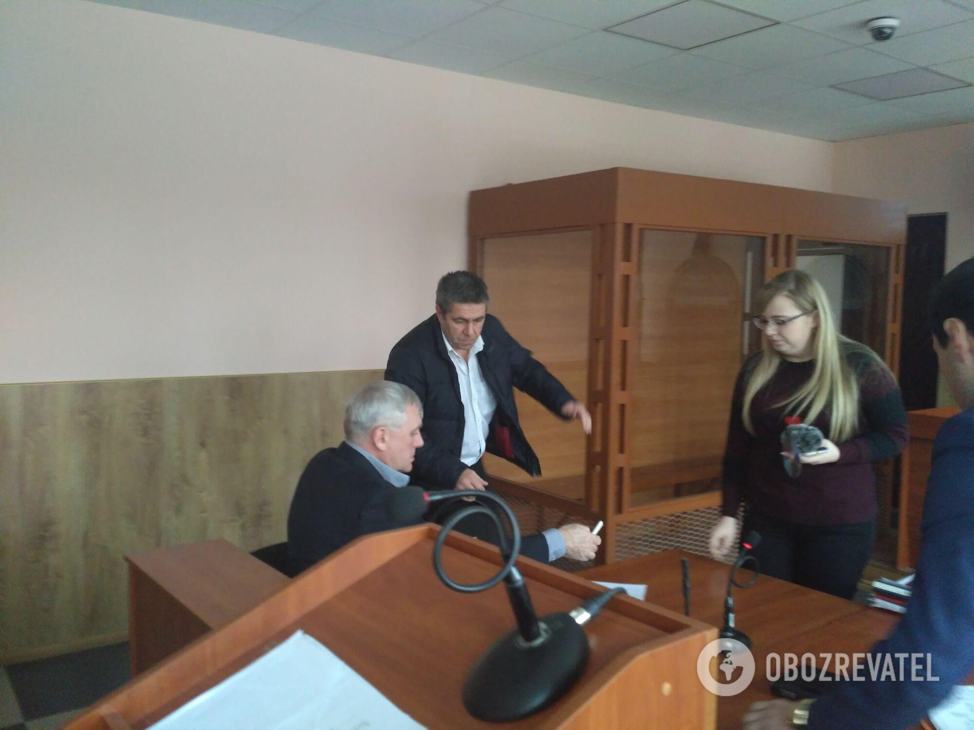 Сторожик (в пиджаке) на судебном заседании