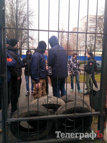 """""""Наших забирають!"""" У Кременчуці спалахнула масова бійка з поліцією"""