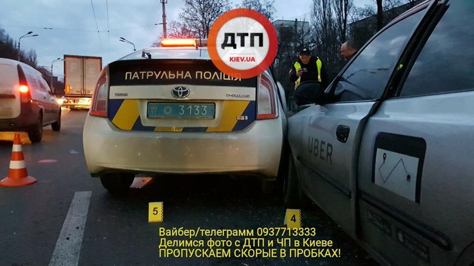Знайшли наркотики: у Києві таксист влаштував жорстку ДТП із поліцією