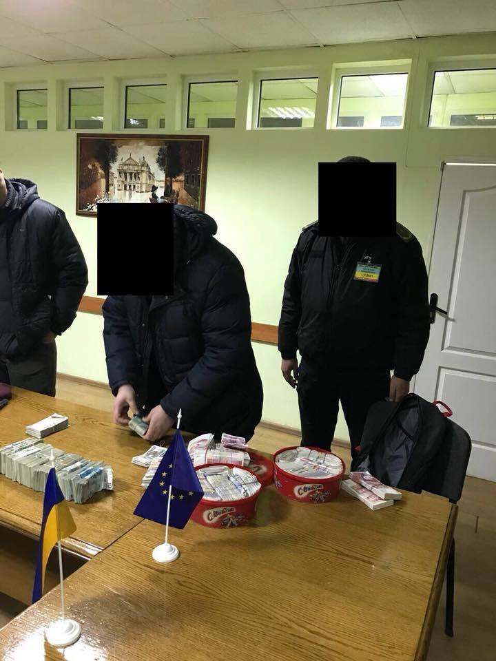 """""""Ще є питання щодо євроблях?"""" Українця на митниці спіймали з величезною сумою"""