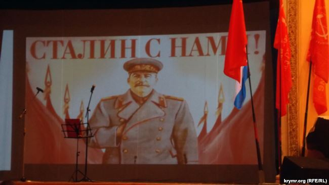 """В Крыму коммунисты и дети хором спели """"Верните Сталина"""""""