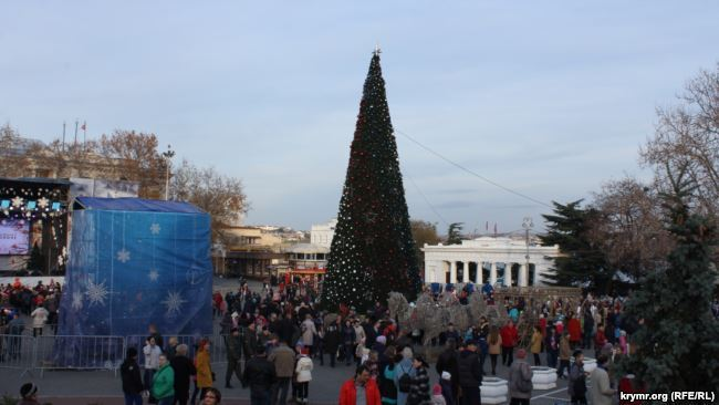 "Елка в Севастополе: ""казаки"" пропускают детей через металлодетектор"