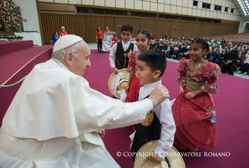 День рождения Папы Франциска: больные дети, торт и пицца