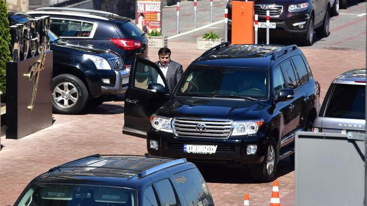 Саакашвили пересаживается в джип