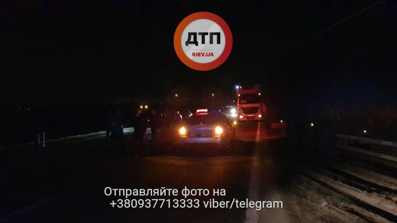 Сімейній парі знесло голови у страшному ДТП під Києвом