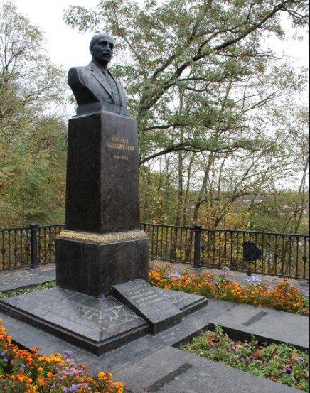 """""""Больно, обидно и горько!"""" В Чернигове надругались над могилой известного писателя"""