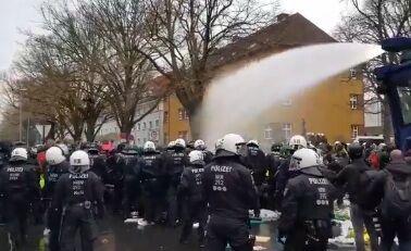 У хід пішли водомети: в Німеччині відбулися сутички між поліцією і мітингувальниками