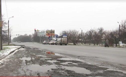 Тіло вкрите асфальтом: під Києвом водій кілометр тягнув перехожого по трасі