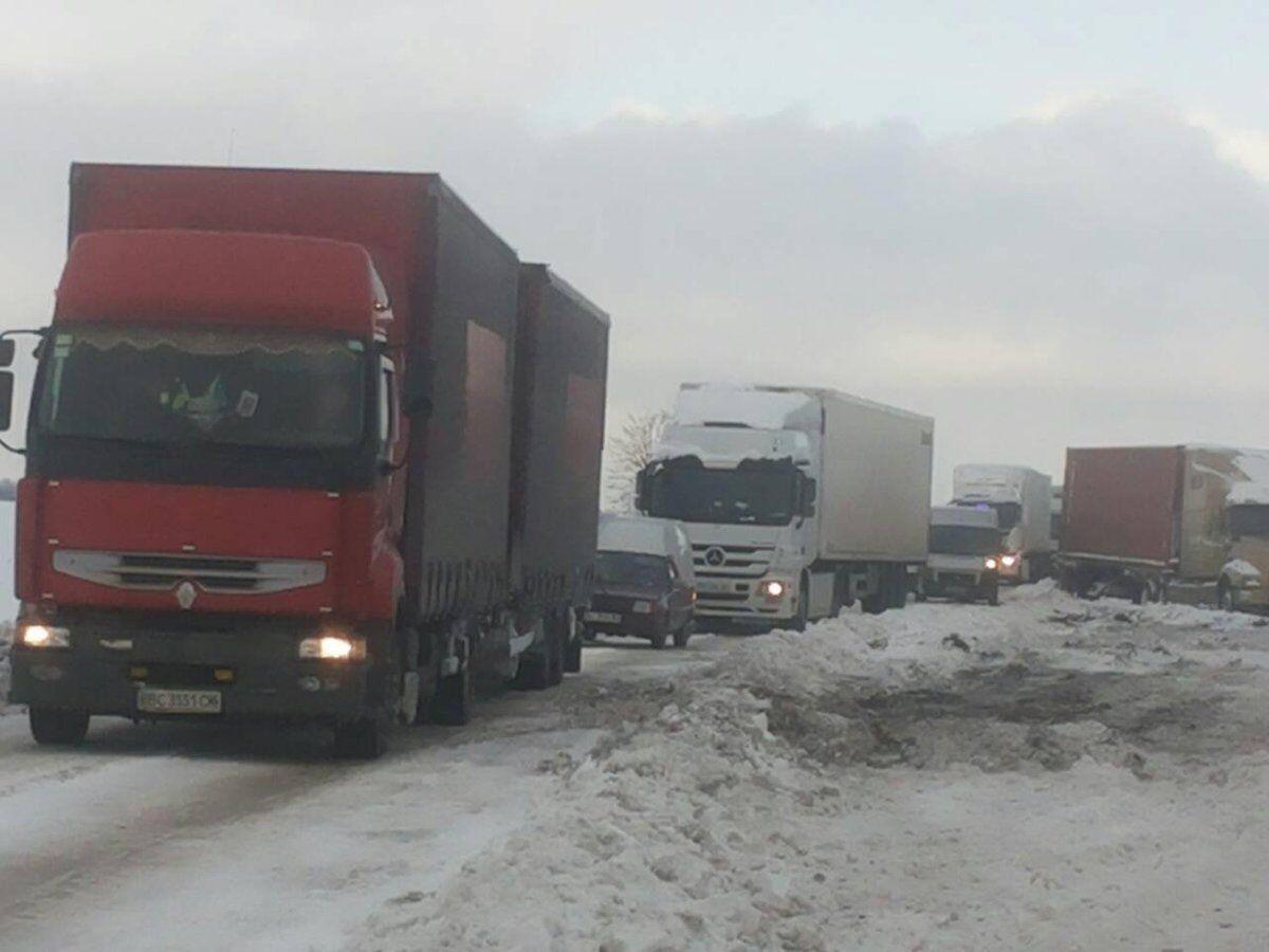 Ситуація на дорогах України: сотні ДТП і застряглих фур