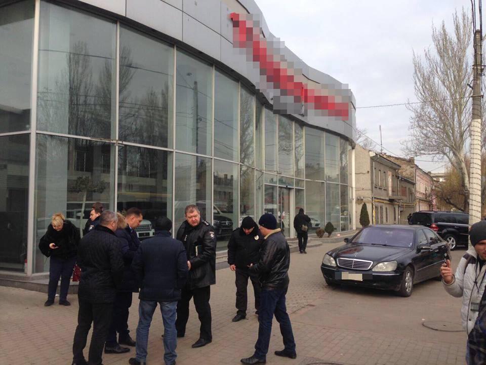 Стрельба в Одессе: бандиты захватили людей в заложники