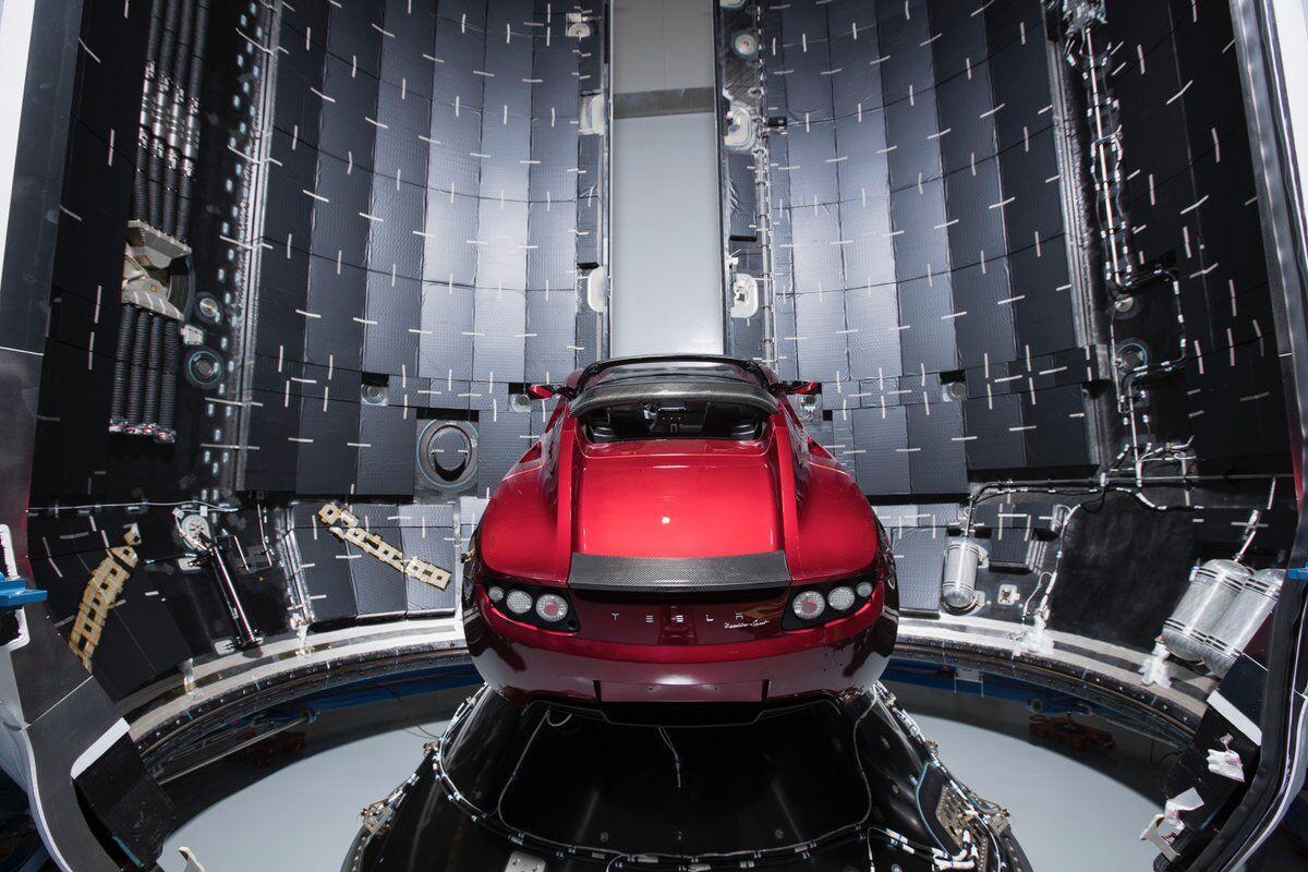Илон Маск показал готовый к запуску на Марс электрокар Tesla