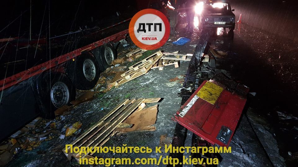 Останки двухфур, столкнувшихся лоб в лоб под Киевом, оставили в кювете