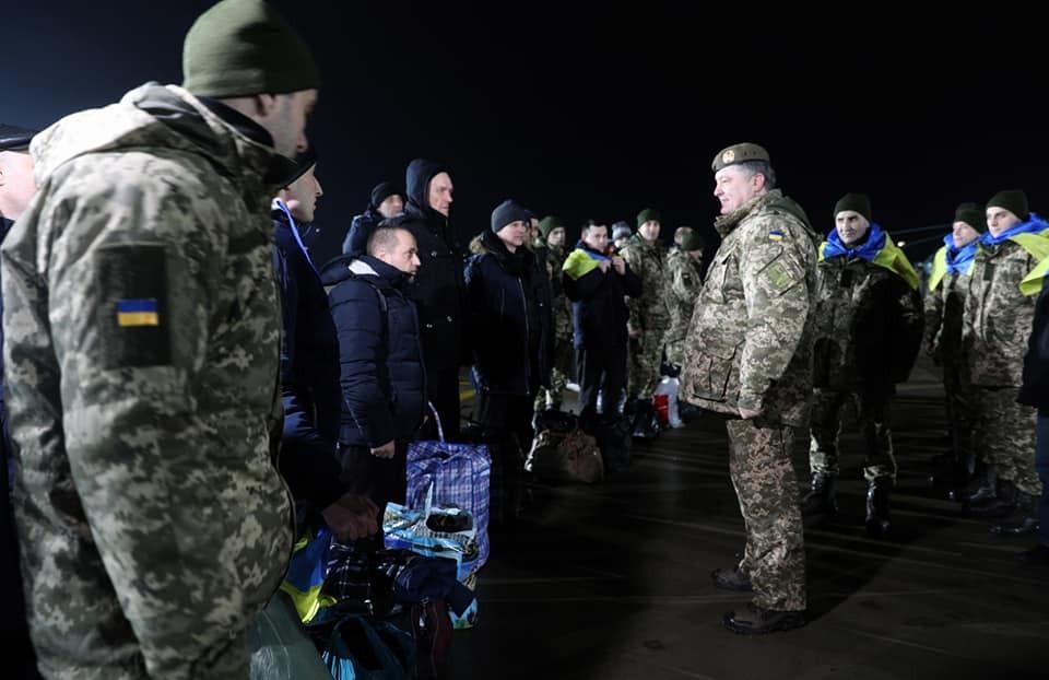 """""""Будем бороться"""": Порошенко встретил на Донбассе освобожденных пленных"""